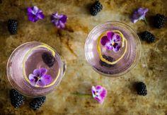 Champagnecocktail med brombærsirup og gin