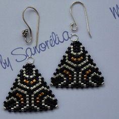 Amovible 36 : pendants en tissage peyote, forme triangle n°3, noir et argent + or (229)