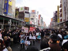 日本三大電気街のひとつでもある大阪・日本橋は、アニメ、マンガ、ゲームなど日本独自のポップカルチャーの聖地としても有名。フィギア、おもちゃ、プラモデル、ロボット、コスプレ、メイドカフェなど大小さまざまなジャンルのショップが軒を連ね、通称「オタク」と呼ばれるポップカルチャー好きの人々で賑わいます。オタクでなくても思わず夢中になれるホビーの数々に、大人から子どもまで楽しめること間違いなしだそう。毎年3月には、コスプレパレードや声優のトークショー、メイドさんによるステージなど多くの来場者で盛り上がる『日本橋ストリートフェスタ』も開催。