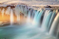 Les chutes de Goðafoss, Islande par Ed Graham. Cette magnifique cascade fait près de 12 mètres de hauteur et 30 mètres de large.
