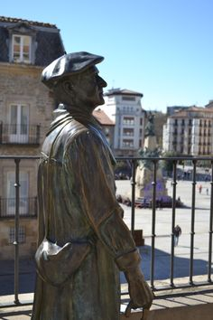 Celedón, famoso personaje de las Fiestas de la Virgen Blanca de Vitoria - Gasteiz Sculpture Clay, Bronze Sculpture, Sculptures, Basque Country, Bilbao, Beret, Statue, Countries, Sculpture