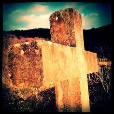 Pegado a la cruz