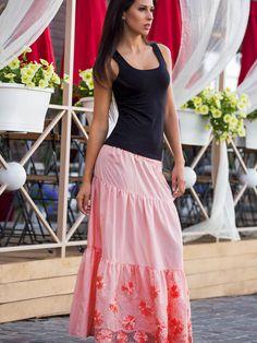 Leciutka, długa spódnica wykonana z naturalnej bawełny. Nie jest rozciągliwa. Wykonana z trzech falbanek. Pas na gumce.