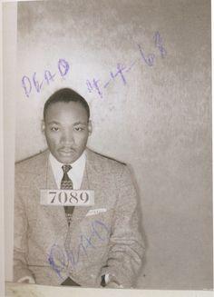 Martin Luther King, 1956 - El 23 de febrero de 1956 casi 60 activistas en pro de los derechos civiles de los negros estadounidenses fueron detenidos en Montgomery (Alabama) tras una manifestación contra la segregación racial en los autobuses públicos. el 4 de abril de 1968, alguien anotó a mano alzada en la foto que King estaba muerto. La palabra dead aparece dos veces: sobre el vientre y encima de la cabeza del asesinado.