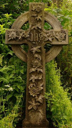 Celtic Cross at Sterling Castle graveyard, Scotland Cemetery Art, Cemetery Headstones, Cemetery Statues, Angel Statues, Stirling Castle, Culture Art, Old Cemeteries, Graveyards, Celtic Art