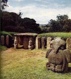 Camara funerario con el dios solar, en los lados cariatides de guardianes y guerreros; en primer termino el aguila con serpiente. San Agustín, Colombia.