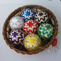 Arachnea / Pestrofarebné vianočné gule v košíčku Eggs, Breakfast, Food, Morning Coffee, Essen, Egg, Meals, Yemek, Egg As Food