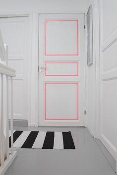 Astuce : donnez du peps à vos portes avec du masking tape fluo qui se mariera à la perfection avec vos décors noirs et blancs. Une idée originale de Tretoen.