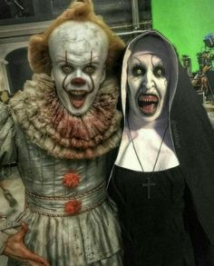 pennywise and the nun from the conjuring Gruseliger Clown, Creepy Clown, Arte Horror, Horror Art, Horror Movie Characters, Horror Movies, Soirée Halloween, Pennywise The Dancing Clown, Funny Horror