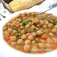 Esta receta de potaje de garbanzos y verduras es muy antigua, de mi abuela. Recuerda que este guiso está mucho mejor bien reposado.