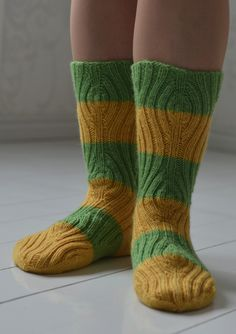 teetee Pallas Kevätsukat Knitting Socks, Knit Socks, One Color, Colour, Yarn Colors, Mittens, Knit Crochet, Pattern, Crocheting