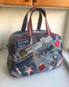 "Old jeans - new ideas! - ""My jeans world"" - author .- Love the red accent piping, bell remnant, and belt handles. Mode Hippie, Hippie Style, Patchwork Bags, Quilted Bag, Mochila Jeans, Jean Purses, Denim Handbags, Diy Bags Purses, Denim Purse"