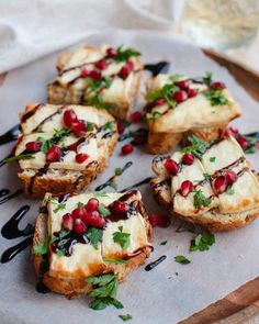 Recept: Toast met brie uit de oven – Savory Sweets Looking for a nice snack? This toast with brie from the oven tastes great with a glass of red wine. Snacks Für Party, Le Diner, Brie, Appetisers, Clean Eating Snacks, Finger Foods, Love Food, Food Inspiration, Appetizer Recipes
