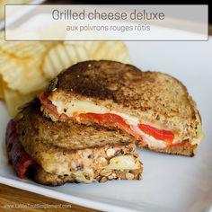 Une recette de grilled-cheese deluxe qui apporte un peu de piquant et de oumph aux lunchs à la maison avec chorizo, poivrons rôtis et sauce aïoli pimentée.   lavietoutsimplement.com