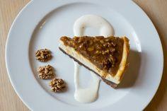 VYZKOUŠEJTE: Recept na letní tvarohový dort s ořechy |Na těsto: 375 g hladké mouky, 250 g másla, 125 g moučkového cukru, 1 vejce, 1 lžičku skořice, 1 lžíci kakaa Na náplň: 500 g plnotučného tvarohu, 150 g cukru krupice, 40 g škrobu, 3 vejce, 200 g ušlehané 33% smetany, lusk vanilky Na horní karamelovou vrstvu: 150 g cukru krupice, 40 g másla, 250 g hrubě nasekaných vlašských ořechů, 150 ml 33% smetany ke šlehání