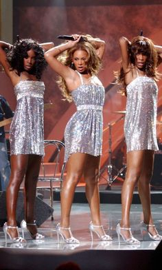 Beyoncé Glitters In Silver With Her Destiny& Child Band Mates At The World Music Awards, 2005 Black Celebrities, Celebs, Beyonce World, World Music Awards, Vintage Black Glamour, Beyonce Style, Destiny's Child, 2000s Fashion, Stage Outfits