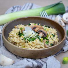 Risotto with Leeks and Paris Mushrooms - Free The Pick .- Risotto aux Poireaux et Champignons de paris – Free The Pickle A simple and quick recipe for risotto with leeks and mushrooms. Gluten-free and vegetarian recipe. Vegetarian Recipes, Healthy Recipes, Crockpot Recipes, Mushroom Risotto, Mushroom Recipe, Slow Cooker Chicken, Empanadas, Quick Recipes, Sin Gluten