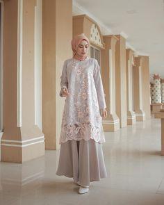 Alfdns Source by sarirahmawati Kebaya Muslim, Dress Brokat Muslim, Dress Brokat Modern, Kebaya Modern Dress, Muslim Dress, Hijab Dress Party, Hijab Style Dress, Outfit Essentials, Abaya Mode