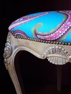 Antigua silla LUIS XV convertida en banqueta y tapizada en espectacular diseño RETRO VINTAGE by Lucia Casanova