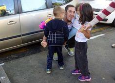 Crianças distribuem abraços flores e poesia em ato pela paz