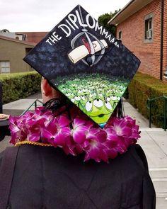 Toy story themed graduation cap Source by madebyaprincess. Disney Graduation Cap, Funny Graduation Caps, Graduation Cap Designs, Graduation Cap Decoration, Graduation Diy, Graduation Pictures, Decorated Graduation Caps, Graduation Invitations, Funny Grad Cap Ideas