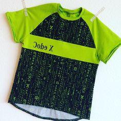 So langsam fange ich an, Sommerkleidung zu nähen. Ein erstes Shirt aus dem tollen CodeX-Jersey von #stoffundliebe ist für Sohnemann fertig. Entstanden ist eine #bethioua von #ellepuls. Und ein bisschen geplottet habe ich natürlich auch.  #nähen #nähenfuerkids #sewing #nähenfürjungs #nähenmachtglücklich #nähenistwiezaubernkönnen #nähenmachtspass #nähenistmeinyoga #nähenmachtsüchtig #ilovetosew #sewingmom #sewingforkids #sewingforboys #plotterliebe #silhouette