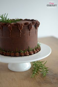 Amazing chocolate cake with crunchy praline layer, very intense chocolate flavor and beautiful buttercream flowers wreath decoration Decadent Chocolate Cake, Love Chocolate, Chocolate Flavors, Creative Cake Decorating, Creative Cakes, Decorating Ideas, Buttercream Flowers, Beautiful Cakes, Birthday Cake