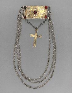 Halslås, silver, 3 kedjor, delvis förgyllt; å låset filigran samt 5 röda, 1798-1828.