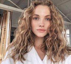 Do you like your wavy hair and do not change it for anything? But it's not always easy to put your curls in value … Need some hairstyle ideas to magnify your wavy hair? Hair Day, New Hair, Your Hair, Hair Inspo, Hair Inspiration, Cabelo Inspo, Curly Hair Styles, Natural Hair Styles, Natural Wavy Hair Cuts