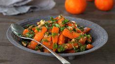 Gulrøtter er friske i fargen, søte på smak og er lett å få tak i året rundt. Ikke rart det er en av de mest populære grønnsakene vi har! Her har du en spenstig og spennende gulrotsalat som smaker godt til så vel julens ribbe og kalkun som til sommerens grillretter eller som en vegetarisk rett i seg selv.