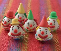 Lovely clown cake balls for Fasching. Clown Cupcakes, Clown Cake, Cute Cupcakes, Cupcake Cakes, Carnival Birthday Parties, Circus Birthday, Circus Theme, Cake Pops, Clown Party