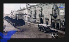Tranvía que era jalado por mulas, al fondo apreciamos los palacio de Gobierno y Municipal. (foto AGM)