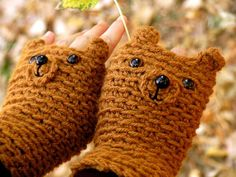 bear fingerless gloves- Kabel umm I need these :) Crochet Gloves, Crochet Scarves, Fingerless Mitts, Hand Warmers, Wrist Warmers, Cute Crafts, Crochet Designs, Diy Clothes, Crochet Baby
