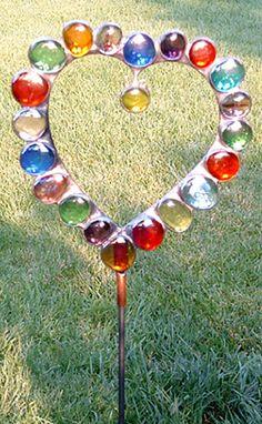 every time you look in the garden...beautiful Glass Garden Art, Garden Totems, Glass Art, Garden Stakes, Stepping Stones Kids, Garden Fun, Garden Crafts, Garden Projects, Yard Art