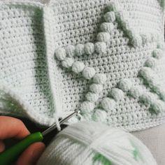 Gehaakt ledikantdeken met sterren ☆ #haken #crochet #blanket #babyblanket #baby #deken #babydeken #babygift #bobblestitch #handmade #handgemaakt #ster #sterren #star #stars #mint #mintgroen #mintgreen