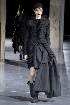 Yohji Yamamoto Fall 2017 Ready-to-Wear Fashion Show