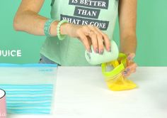 Ze schudt een plastic zak voor 5 minuten en maakt heerlijk sorbet ijs ! Ik MOET dit ook proberen! - Zelfmaak ideetjes