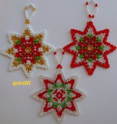 Altre stelline Beaded Christmas Decorations, Christmas Ornament Crafts, Christmas Snowflakes, Beaded Ornaments, Christmas Diy, Beading Projects, Beading Tutorials, Beading Patterns, Christmas Crochet Patterns