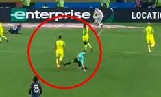 Arbitro fa uno sgambetto plateale su un giocatore del Nantes, sospeso a tempo indeterminato - INCREDIBILE VIDEO Un episodio che ha infiammato i social dove tra gli hashtag è spuntato anche #ChapronRouge. E' stato sospeso fino a nuove disposizioni l'arbitro dell'incontro di ieri tra il Psg e il Nantes di Claudio Ranieri che, finito a terra dopo un contatto con Diego Carlos, si è vendicato con un plateale tent #calcio #arbitrosqualificato