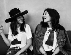 top t-shirt kendall and kylie jenner kendall jenner kylie jenner hat jacket kendall + kylie label black and white white t-shirt printed t-shirt denim jacket black hat Kylie Jenner Fotos, Kendall Y Kylie Jenner, Looks Kylie Jenner, Kourtney Kardashian, Kardashian Kollection, Kardashian Jenner, Kardashian Girls, West Hollywood, Estilo Kylie Jenner