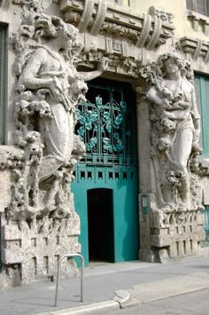 "Ingresso di Casa Campanini, Uno degli esempi più belli di edifici Art Nouveau a Milano. E 'in via Vincenzo Bellini. In italiano chiamiamo questo stile come ""Liberty"" ✫♦๏༺✿༻☼๏♥๏花✨✿写☆☀🌸✨🌿✤❀ ‿❀🎄✫🍃🌹🍃❁~⊱✿ღ~❥༺✿༻🌺♛☘‿MO Jun ♥⛩⚘☮️ ❋ Art Nouveau Architecture, Beautiful Architecture, Beautiful Buildings, Art And Architecture, Architecture Details, Beautiful Places, Cool Doors, Unique Doors, Empire Romain"