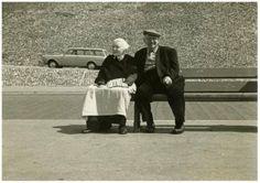 Boulevard, ter hoogte van de vuurtoren; een Schevenings echtpaar in dracht, geniet op een bankje van het zonnetje. 1967 N. de Lange #ZuidHolland #Scheveningen