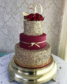 These Gold Wedding Cakes Ideas will help you choose your cake on your historic day. Because gold symbolizes prosperity, glory, can make your wedding cake look elegant and glamorous… Pretty Cakes, Beautiful Cakes, Amazing Cakes, Quince Cakes, Decoration Patisserie, Dessert Decoration, Dessert Ideas, Quinceanera Cakes, Wedding Cake Designs