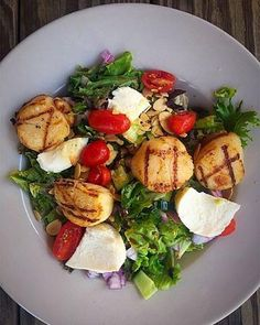 Grilled scallops, fresh mozzarella tomatoes, grapes, almonds & a honey balsamic vinaigrette! #skullcreekboathouse #hiltonhead #hhi #eathealthy