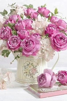 New Birthday Flowers Arrangements Shabby Chic Pink Roses Ideas Fleurs Style Shabby Chic, Shabby Chic Pink, Flowers Roses Bouquet, Rose Bouquet, Fresh Flowers, Beautiful Flower Arrangements, Floral Arrangements, Happy Birthday Flower, Rose Vase