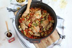 Dit recept van Spaanse kip met rijst uit de oven is echt iets voor het weekend. Terwijl de pan in de oven staat, heb jij je handen vrij voor iets anders.