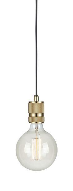 Sky fönsterpendel i mässing från Markslöjd. Metall bas.3,5m textilklädd sladd med krokupphäng. Väggkontakt. Strömbrytare på sladden. Stor lamphållare (E27). 1x60W glödlampa eller motsvarande styrka i halogen, lågenergi eller LED. Ljuskälla ingår ej.  #Brass #mässing #markslöjd #light #lampa #sky #taklampa #cellinglight #interior #interiör #inspiration