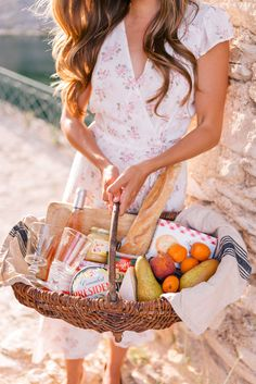 It's Picnic Season! Gal Meets Glam Sunset Picnic in Saint Saturnin-Les-Apt -Reformation dress House Party Outfits, Picnic Date, Summer Picnic, Picnic Box, Beach Picnic Foods, Picnic Menu, Spring Summer, Comida Picnic, Saint Saturnin