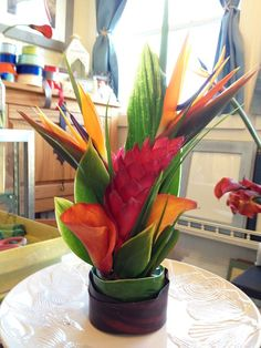 Centro de mesa con flores tropicales