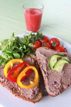 Leder man efter et alternativ til leverpostej, er dette et godt bud, synes jeg. Denne postej indeholder blandt andet masser af gode proteiner og fedtstoffer, den smager godt (!), og den kan spises med god samvittighed :) Giver i alt 340 g pålæg Ingredienser: 1 dåse kidneybønner (250 g drænet vægt) 40 g valnødder 40… Vegan Vegetarian, Vegetarian Recipes, Healthy Recipes, Vegan Food, Danish Food, Food Crush, Pesto, Cooking Tips, Tapas
